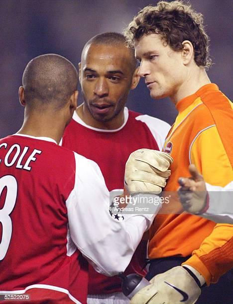 Fussball: Champions League 03/04, London; Arsenal London - Celta de Vigo 2:0; Ashley COLE, Thierry HENRY und Jens LEHMANN freuen sich ueber den...
