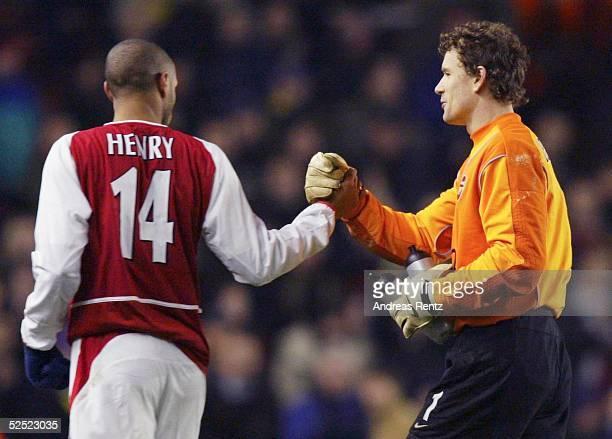 Fussball: Champions League 03/04, London; Arsenal London - Celta de Vigo 2:0; Thierry HENRY, Torwart Jens LEHMANN / beide Arsenal 10.03.04.