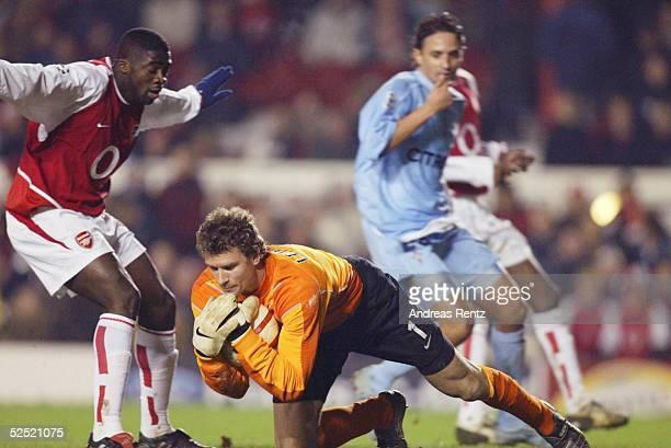 Fussball Champions League 03/04 London Arsenal London Celta de Vigo Kolo TOURE Torwart Jens LEHMANN / beide Arsenal Borja OUBINA / Celta de Vigo...