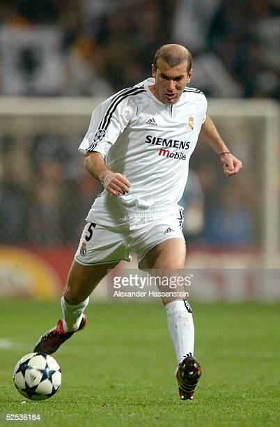 Fussball: Champions League 03/04, Madrid; Real Madrid - FC Bayern Muenchen; Zinedine ZIDANE / Real 10.03.04.
