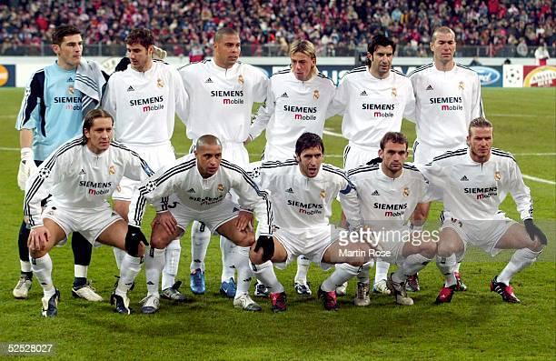 Fussball: Champions League 03/04, Muenchen; FC Bayern Muenchen - Real Madrid 1:1; Mannschaftsfoto Real Madrid; hintere Reihe v.lks: Torwart Iker...