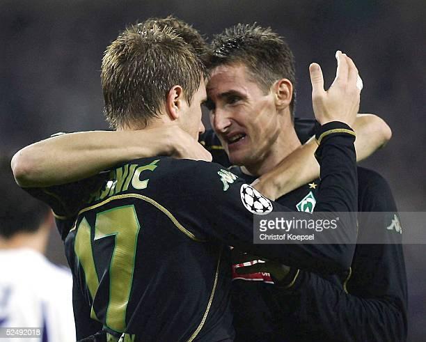 Fussball Champions League 04/05 Bruessel RSC Anderlecht SV Werder Bremen 12 Die beiden Torschuetzen jubeln nach dem Siegtor von Ivan KLASNIC zusammen...