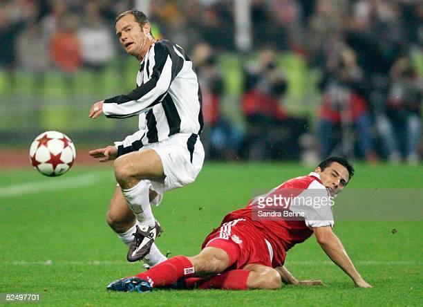 Fussball Champions League 04/05 Muenchen FC Bayern Muenchen Juventus Turin vl Gianluca PESSOTTO / Juventus Claudio PIZARRO / Bayern 031104