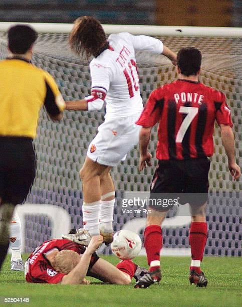 Fussball: Champions League 04/05, Rom; AS Rom - Bayer 04 Leverkusen; Foul von Francesco TOTTI / Rom an Carsten RAMELOW / Leverkusen , Robson PONTE /...