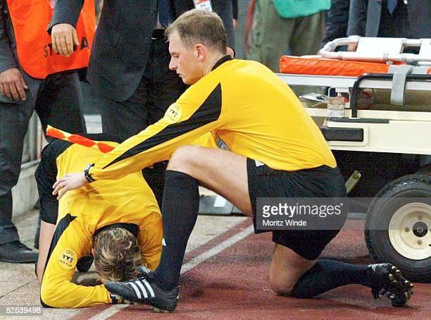 Fussball Champions League 04/05 Rom AS Rom Dynamo Kiew Schiedsrichter Anders FRISK wurde von einem Feuerzeug am Kopf getroffen 150904