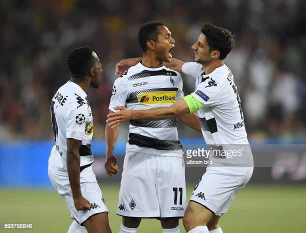 Fussball Champions League Qualifikation Saison 2016/2017 BSC Young Boys Bern Borussia Moenchengladbach Borussia Moenchengladbach Lars Stindl umarmt...