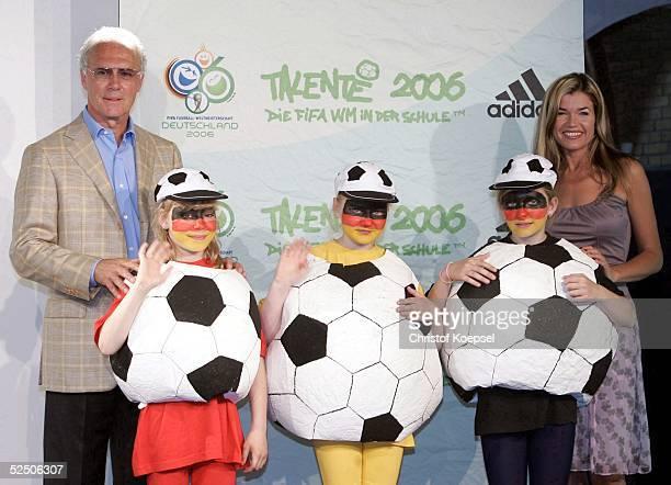 Fussball DFB Festival Talente 2006 Koeln Patin einer Kreativkampagne der Kategorie Darstellende Kunst Anke ENGELKE und OKPraesident Franz BECKENBAUER...