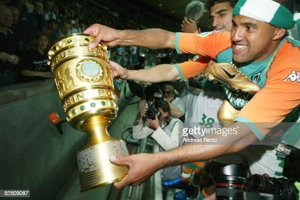 Fussball DFB Pokal 03/04 Finale Berlin SV Werder Bremen Alemannia Aachen 32 AILTON zeugt den Fans den DFB Pokal 290504