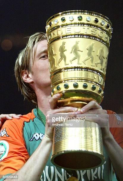 Fussball: DFB Pokal 03/04 Finale, Berlin; SV Werder Bremen - Alemannia Aachen 3:2; Tim BOROWSKI / Bremen kuesst den DFB Pokal 29.05.04.