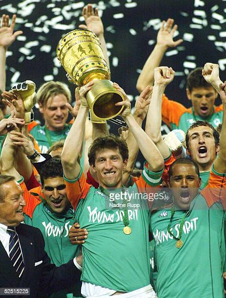 Fussball: DFB Pokal 03/04 Finale, Berlin; SV Werder Bremen - Alemannia Aachen; DFB-Pokalsieger 2004 Werder Bremen 29.05.04.