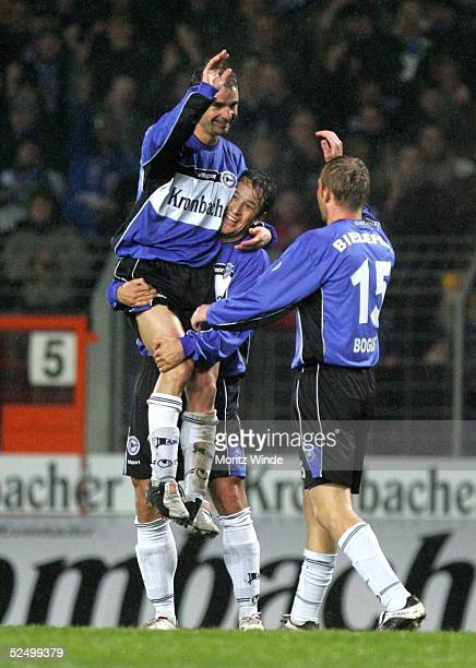 Fussball DFB Pokal 04/05 Bielefeld Arminia Bielefeld Karlsruher SC 40 Torschuetze Ervin SKELA Markus SCHULER Daniel BOGUSZ / Bielefeld bejubeln das...
