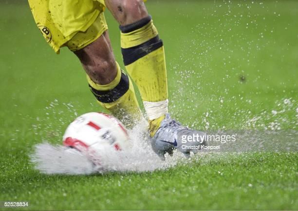 Fussball: DFB Pokal 04/05, Dortmund; Borussia Dortmund - SpVgg Unterhaching 3:1; Spezial; Ball im Regen auf dem Fussballrasen 22.09.04.