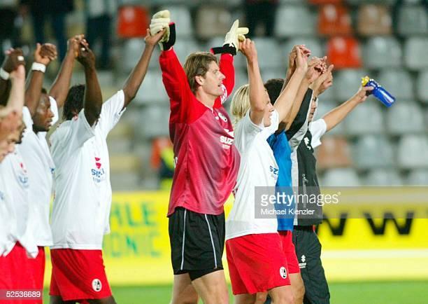 Fussball: DFB Pokal 04/05, Freiburg; SC Freiburg - VfL Bochum 3:2 n.V.; die Freiburger jubeln nach dem Spiel 21.09.04.