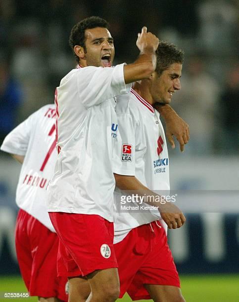Fussball DFB Pokal 04/05 Freiburg SC Freiburg VfL Bochum Roda ANTAR zeigt auf seinen Kollegen Youssef MOHAMAD / Freiburg der gerade die entscheidende...