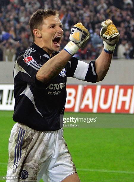 DFB Pokal 04/05 Halbfinale Gelsenkirchen 190405 FC Schalke 04 SV Werder Bremen Schlussjubel Torwart Frank ROST / S04 der den entscheidenden Elfmeter...