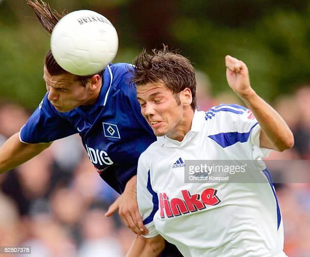 Fussball DFB Pokal 04/05 Paderborn SC Paderborn Hamburger SV Daniel VAN BUYTEN / HSV Markus BOLLMANN / Paderborn 210804
