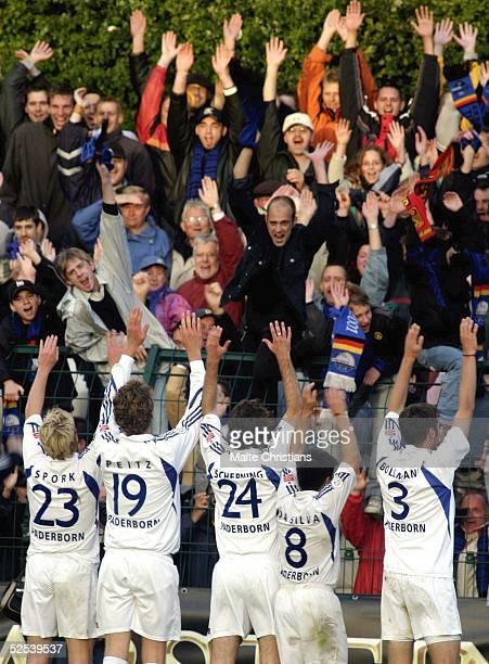 Fussball DFB Pokal 04/05 Paderborn SC Paderborn MSV Duisburg 21 Die Paderborner Spieler jubeln mit ihren Fans 210904