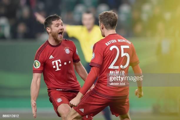 Fussball DFB POKAL 2. HAPTRUNDE Saison 2015/2016 VfL Wolfsburg - FC Bayern Muenchen Torjubel nach dem 0:3: Xabi Alonso und Thomas Mueller