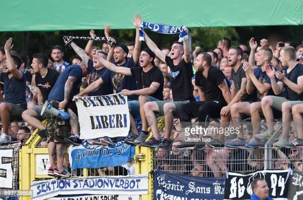 Fussball DFB Pokal 2014/2015 1 Runde SSV Reutlingen Karlsruher SC KSC Ultras auf dem Zaun des Gaestefanblock im Reutlinger Kreuzeiche Stadion