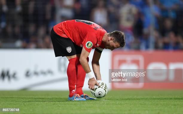 Fussball DFB Pokal 2014/2015 1 Runde SSV Reutlingen Karlsruher SC Giuseppe Ricciardi legt sich den Ball zum Elfmeter zurecht