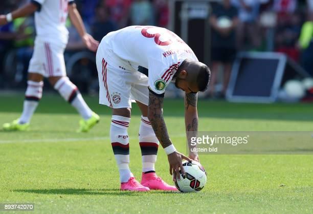 Fussball DFB Pokal 2014/2015 1 Rundein Karlsruhe FC Noettingen FC Bayern Muenchen Arturo Vidal legt sich den Ball zum Elfmeter zurecht