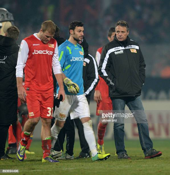 Fussball DFB Pokal Achtelfinale 2013/2014 Union Berlin 1 FC Kaiserslautern Enttaeuschung FC Union Berlin Adam Nemec Torwart Daniel Haas und Trainer...