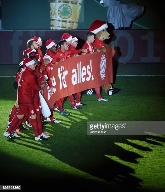 Fussball DFB Pokal Achtelfinale 2015/2016 FC Bayern Muenchen SV Darmstadt 98 Das Team des FC Bayern bedankt sich mit einem Banner Danke fuer alles...