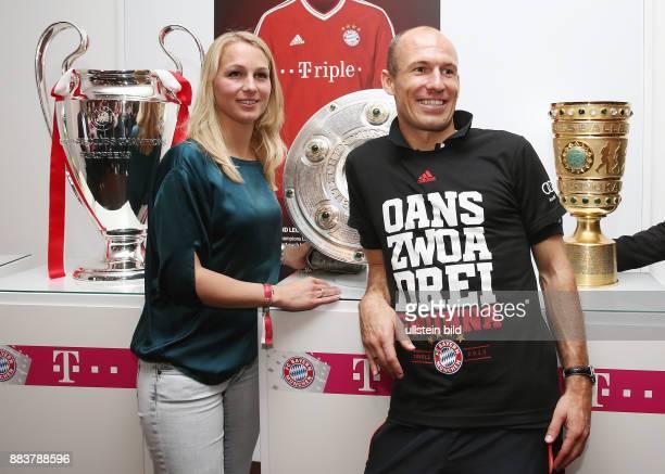Fussball DFB POKAL FINALE SAISON 2012/2013 Champions Party des FC Bayern Muenchen nach dem Gewinn des DFB Pokal und Triple Arjen Robben und seine...