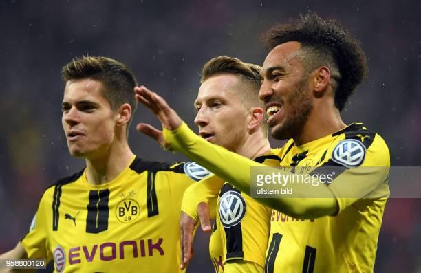 Fussball DFB Pokal Halbfinale Saison 2016/2017 FC Bayern Muenchen - Borussia Dortmund Torjubel nach dem 0:1: Julian Weigl, Marco Reus und...