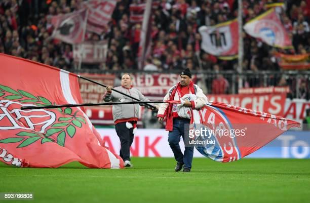 Fussball DFB Pokal Viertelfinale Saison 2016/2017 FC Bayern Muenchen FC Schalke 04 Ein FC Bayern Fahnentraeger auf dem Rasen der Allianz Arena
