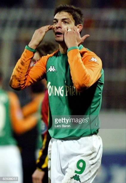 Fussball Efes Pilsen Cup 2004 Antalya SV Werder Bremen Galatasaray Istanbul Angelos CHARISTEAS / Bremen kann die Entscheidungen des Schiedsrichters...