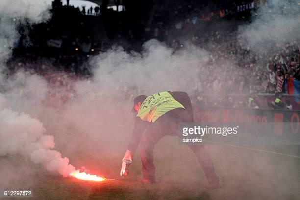 Bengalisches Feuer Leuchtfeuer auf dem Platz geworfen von Kratien Fans wird von Ordner entfernt Vorrunde Spiel 10 Gruppe Gruppe C Italien Kroatien 11...