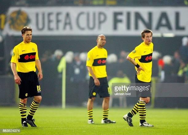 Fussball Endspiel UEFACup 2001/2002 Feyenoord Rotterdam Borussia Dortmund 32 Dortmunder Spieler Lars Ricken Leonardo Dede und Tomas Rosicky