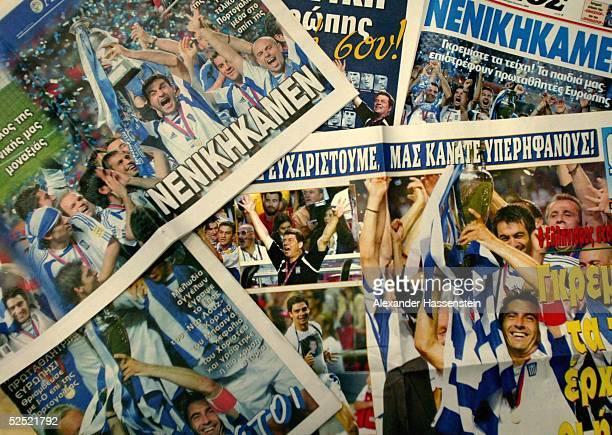 Fussball: EURO 2004, Athen; Griechenland Europameister 2004; Griechische Zeitungen feiern des Fussball Europameister 05.07.04.
