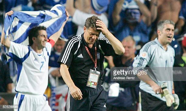 Fussball Euro 2004 in Portugal Finale / Spiel 31 Lissabon Portugal Griechenland 01 Theodoros ZAGORAKIS / GRE Trainer Otto REHHAGEL / GRE Torwart...