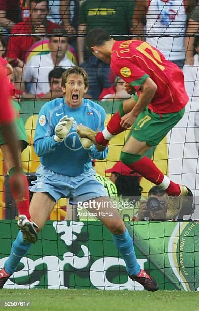 Fussball Euro 2004 in Portugal Halbfinale / Spiel 29 Lissabon Portugal Niederlande Crisiano RONALDO / POR koepft zum 10 ein Torwart Edwin VAN DER SAR...