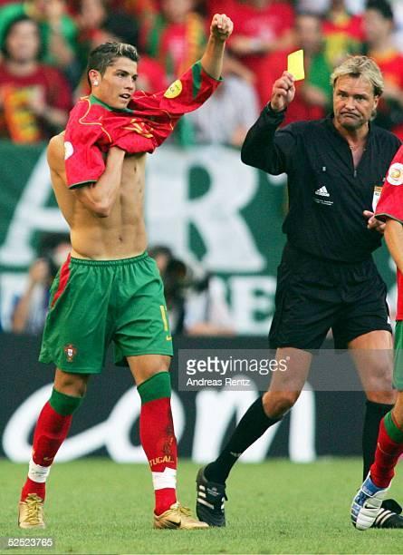 Fussball Euro 2004 in Portugal Halbfinale / Spiel 29 Lissabon Portugal Niederlande 21 Cristiano RONALDO / POR bekommt von Schiedsrichter Anders FRISK...