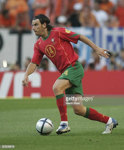 Fussball Euro 2004 in Portugal Halbfinale / Spiel 29 Lissabon Portugal Niederlande 21 Nuno VALENTE / POR 300604