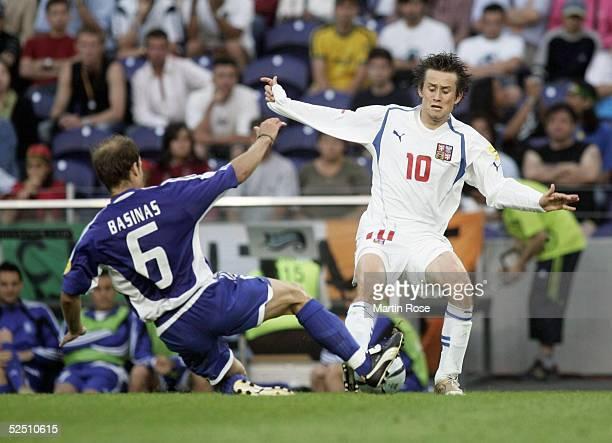 Fussball Euro 2004 in Portugal Halbfinale / Spiel 30 Porto Griechenland Tschechien Angelis BASINAS / GRE Tomas ROSICKY / CZE 010704