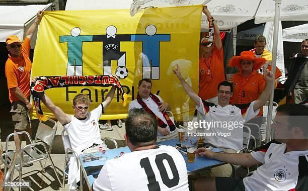 Fussball Euro 2004 in Portugal Porto Stadtfeature / Fans am Spielbegegnungstag Deutschland Niederlande in der Stadt Porto Deutsche und Hollaendische...