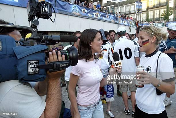 Fussball Euro 2004 in Portugal Porto Stadtfeature / Fans waehrend der Spielbegegnung Deutschland Niederlande in der Stadt Porto Fans an einer...