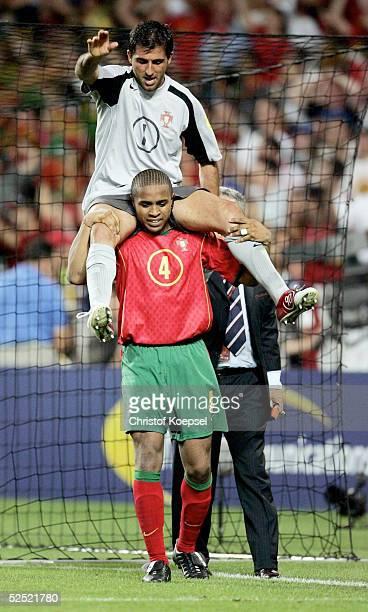 Fussball Euro 2004 in Portugal Viertelfinale Spiel 25 Lissabon Portugal England 87 nV uE Jorge ANDRADE traegt den Held des Abends Torwart RICARDO /...