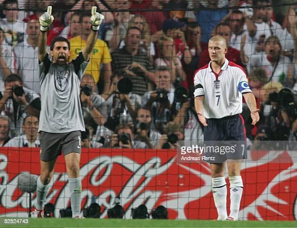 Fussball Euro 2004 in Portugal Viertelfinale Spiel 25 Lissabon Portugal England 87 nE Torwart RICARDO / POR David BECKHAM / ENG 240604