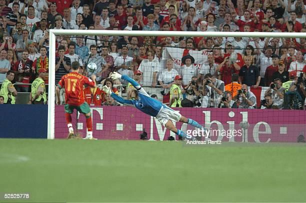 Fussball Euro 2004 in Portugal Viertelfinale Spiel 25 Lissabon Portugal England 87 nE Cristian RONALDO / POR Torwart David JAMES / ENG 240604