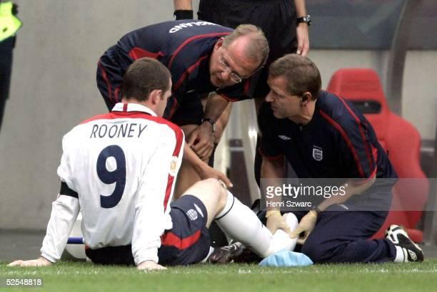 Fussball Euro 2004 in Portugal Viertelfinale Spiel 25 Lissabon Portugal England 87 nE Wayne ROONEY / ENG musste verletzt aufgeben 240604