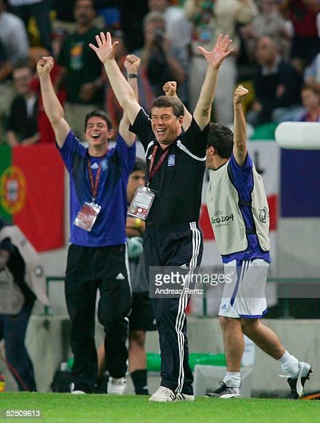 Fussball Euro 2004 in Portugal Viertelfinale Spiel 26 Lissabon Frankreich Griechenland 01 Trainer Otto REHHAGEL / GRE jubelt ueber den Sieg gegen...