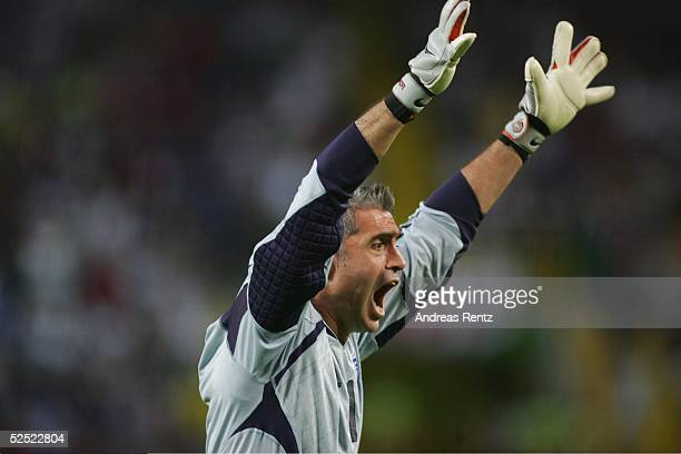 Fussball Euro 2004 in Portugal Viertelfinale Spiel 26 Lissabon Frankreich Griechenland 01 Torwart Antonios NIKOPOLIDIS / GRE jubelt nach dem...