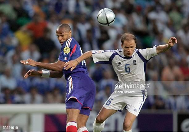 Fussball Euro 2004 in Portugal Viertelfinale Spiel 26 Lissabon Frankreich Griechenland 01 Thierry HENRY / FRA Angelos BASINAS / GRE 250604