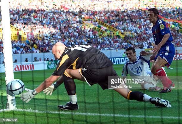 Fussball Euro 2004 in Portugal Viertelfinale Spiel 26 Lissabon Frankreich Griechenland Torwart Fabien BARTHEZ / FRA Konstantinos KATSOURANIS / GRE...
