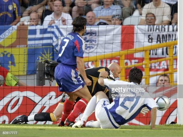 Fussball Euro 2004 in Portugal Viertelfinale Spiel 26 Lissabon Frankreich Griechenland Konstantinos KATSOURANIS / GRE hat die Chance zum Tor und...